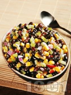 Салца с черен боб, царевица, авокадо, лук, домати и люти чушки - снимка на рецептата